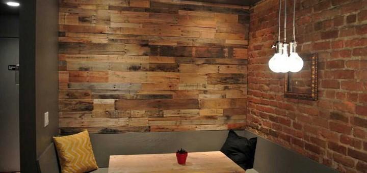 Parete di legno realizzata con pallet idee pallet - Rivestire parete con legno ...